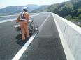 高速道路の塗装スタッフ(「合流注意」等の文字を描きます)未経験歓迎/資格支援制度あり(受験費用負担)2