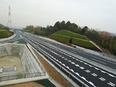高速道路の塗装スタッフ(「合流注意」等の文字を描きます)未経験歓迎/資格支援制度あり(受験費用負担)3