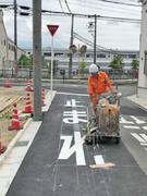 路面標示の塗装工(道路に文字や区画線を描きます)1
