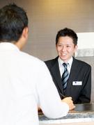 ホテルのフロントスタッフ ◎残業は月10時間以内。お休みは月8日以上。1