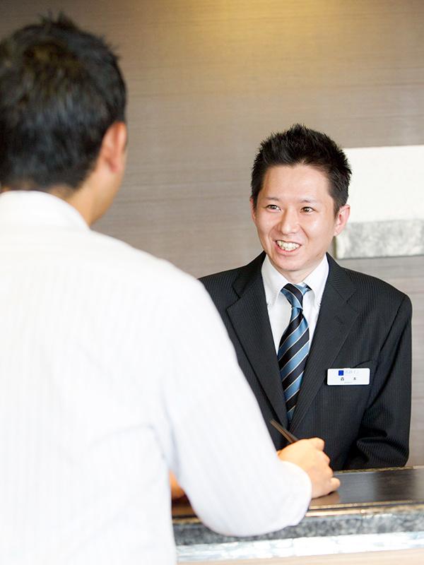 ホテルのフロントスタッフ ◎残業は月10時間以内。お休みは月8日以上。イメージ1