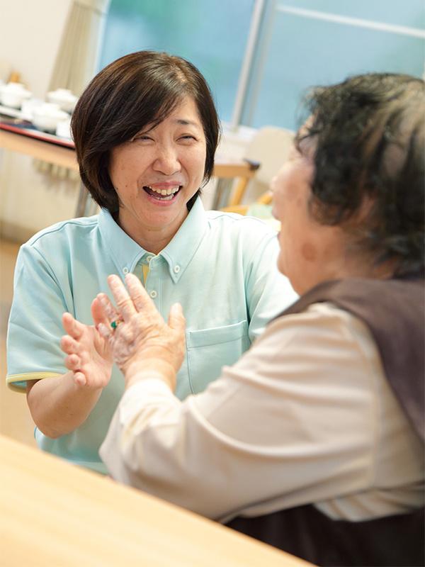 グループホームの介護スタッフ│残業月10時間以下!毎年5連休の取得が可能!充実の福利厚生!イメージ1