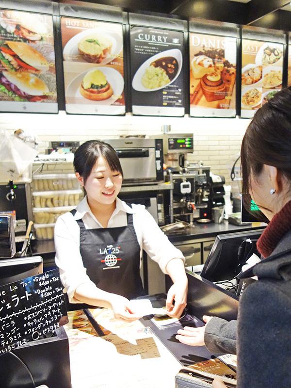 空港や駅ナカにあるカフェのスタッフ ☆未経験歓迎/賞与年2回昨年度実績3ヶ月分/家族手当などイメージ1