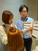 インストラクター★美容師にパーマやカラー剤などの使用方法を実演します/賞与年2回/年間休日128日1